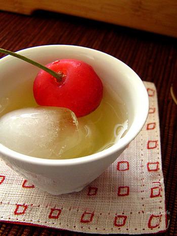 """まろやかな味わいの冷茶を楽しみたいなら、一番おすすめなのが""""氷出し""""です。茶葉に氷を入れて溶けるのを待つだけですが、最も甘くまろやかな冷茶が味わえます。"""