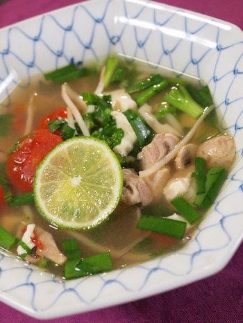 ピリ辛&酸味のエスニックスープは暑い時にこそ食べたくなる味です。材料のセロリはパクチーが手に入ったらチェンジしても◎