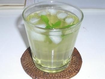 緑茶とミントは相性がよく、清涼感が増すので冷茶で涼を取りたい時におすすめです。お庭やプランターで育てているフレッシュミントがあれば、ぜひお試し下さい。お湯出しのレシピなので、思い立ったらすぐに試せるのもうれしいポイントです。