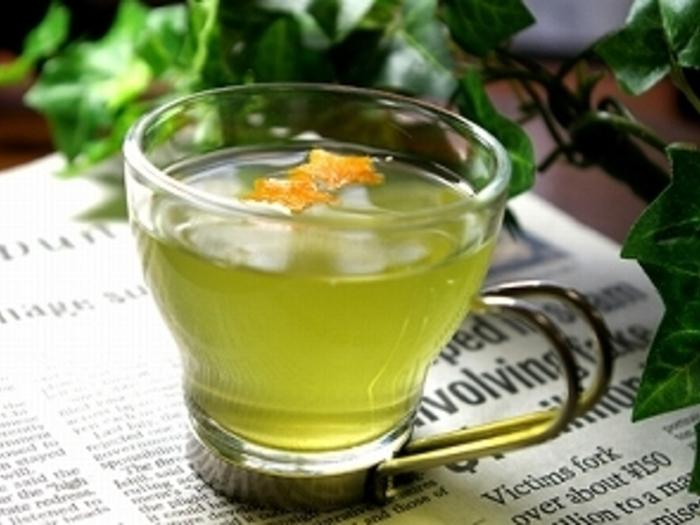 こちらはホットティーのレシピですが、氷を入れてアイスティーにすれば美味しい冷茶として楽しめます。柑橘類の香りも緑茶と相性が良く、華やかな味わいになります。こちらのレシピではオレンジを使われていますが、いよかんやはっさく、甘夏など季節の柑橘類で色々と試してみましょう。