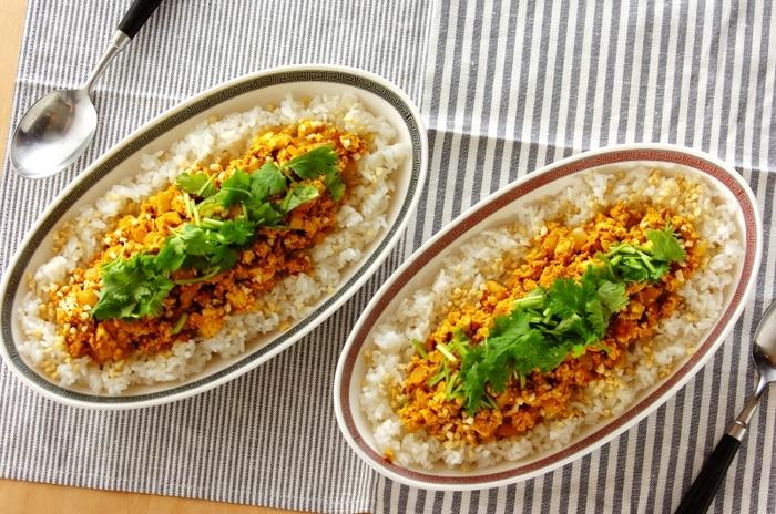 ひき肉の代わりに豆腐を使ったヘルシーメニュー。アーモンドとパクチーと一緒に食べればスパイシーなのにさっぱりとした甘さが口中に広がります。