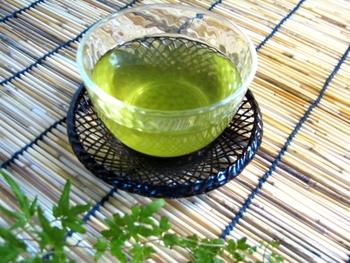 水出しや氷出しにして冷茶を作るとカテキンの抽出が抑えられ、低温だと旨味成分であるテアニンが多く抽出されるので、まろやかな味わいになります。