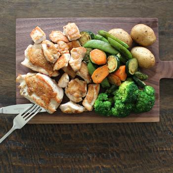 オーブンやフライパンでソテーしただけの肉と野菜。お皿の上ではシンプルに見えてしまいますが、カッティングボードにのせれば、一気に印象的なお料理になります。大き目にカットしてうま味をとじ込めた素材を、ワイルドにカットしながらいただいてみて。