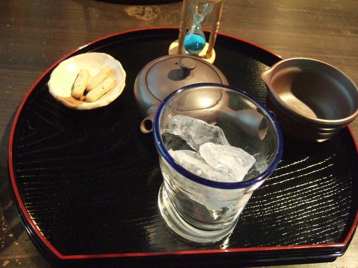 大きなロックアイスを使って淹れる冷茶で、氷が溶ける様子や音でも涼を楽しんでみませんか。食後にもう少しおしゃべりしたい…そんなゆったりとしたひと時におすすめです。