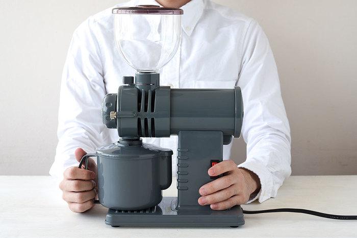 コーヒー機器の専門メーカー「富士珈機」が手掛ける家庭用コーヒーミル「みるっこ」。豆が均一に挽けることはもちろん、音の静かさ、省スペースで使えることから、多くの喫茶店やコーヒーショップでも愛用されています。