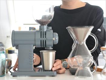 グラインド式というすり潰すように挽く方法を採用していて、豆の粒度を均一に挽くことが可能です。毎分250gの粉砕力で、2杯分のコーヒー豆であれば、スイッチを入れて5秒程度で挽くことができます。