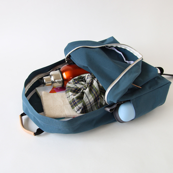片方のサイドにはボトルが入るポケット、もう片方にはマジックテープで上部が閉められるポケットが付いていて収納性バツグン。