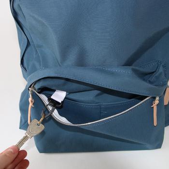 明るすぎず、かつ落ち着き過ぎない色味のBLUE-GREYはZUTTO別注カラー。ジップ持ち手のヌメ革がいいアクセントに。ポケット内には鍵を取り付けられるフックが付いていて、細部までこだわりが。