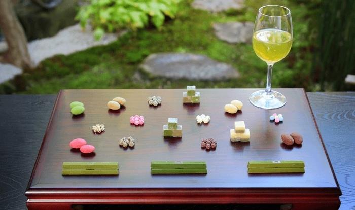 冷茶をワイングラスに注ぐと特別感がアップします。さらに、一口サイズの干菓子を並べれば、和モダンなテーブルセッティングに。こんな素敵な和のおもてなしはいかがでしょうか?