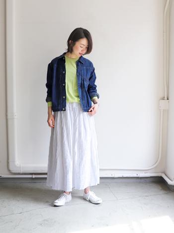 袖や身幅はややゆとりがあり、ボックス型のシルエット。カチッとコンパクト目に着るより、ワンサイズアップしてラフに着たい雰囲気。