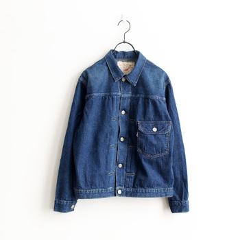 「or」originalityのある服を「slow」吟味し、ものづくりをする「orSlow(オアスロー)」。そんなオアスローに大阪のセレクトショップが別注を依頼して誕生した、ライトオンスデニムのデニムジャケット。