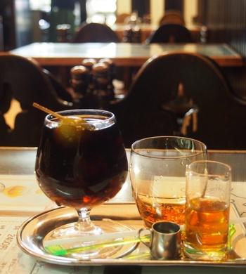 「ダッチコーヒー」(水出しコーヒー)をいち早く取り入れたことでも知られています。その当時から特注だった専用のろ過装置を使い、今でも一滴一滴3~4時間かけてじっくり抽出します。そして、すっきりした味が特徴のダッチコーヒーを梅酒を合わせてアレンジしたのが「梅ダッチコーヒー」。お酒好きだった初代オーナーが考案したもので、当初は裏メニューでしたが、作家・池波正太郎氏に「このコーヒーは表に出した方がいい」とアドバイスされたことから看板メニューに。梅酒とコーヒーの奏でる豊かなハーモニーを味わってみませんか?