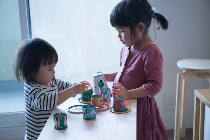 お子さんのプレイテーブルとしても。普段は折り畳んで収納しておいて、必要なときにサッと出して使える気軽さが◎。
