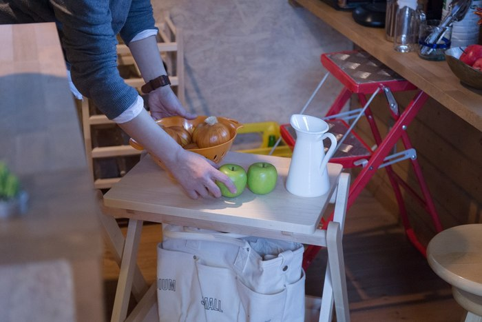 キッチンでちょっと食材などを置いておくのにぴったり。天板とトレーは取り外しできるから、上下取り替えて使ったりと使い方は無限大です。