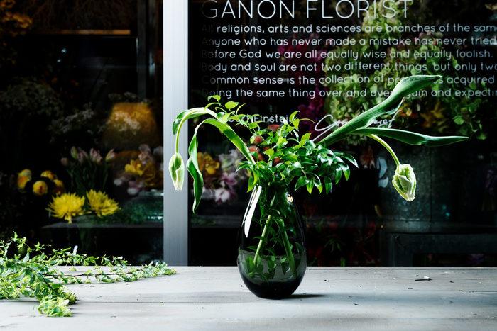 口が大きく丸みのある形は安定感もあり、1輪でもボリュームのある花束でも大丈夫。花の種類を問わず綺麗に生けることができます。