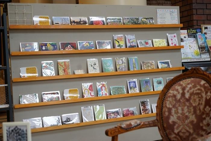 岩崎博物館という服飾資料館の一角にあるカフェなので、作家さんやアーティストのポップな絵画や手作りモビール、ポストカードなどがずらり。アートがお好きな方はこうして色々楽しめるのは嬉しいですよね。