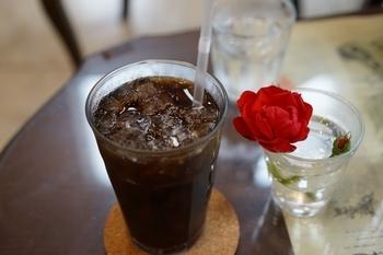 一輪のお花が飾られた素敵なテーブルでは、昔の喫茶店でも頂けるような、オーソドックスなアイスコーヒーを。