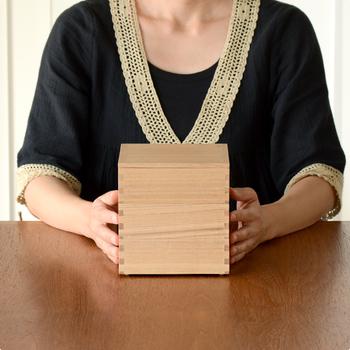 福井県鯖江市で明治時代から続く老舗「松屋漆器店」の白木塗タモの重箱。通常は内側が朱色ですが、天然木の表情が楽しめるハシュケ別注の重箱を制作。