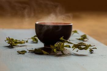 お湯で淹れたお茶の場合、お茶に含まれるポリフェノールの一種であるカテキンが多く抽出されます。カテキンはお茶独特の苦味を感じさせます。また、カフェインも抽出されるので、頭を切替えたりリフレッシュしたい時に向きます。