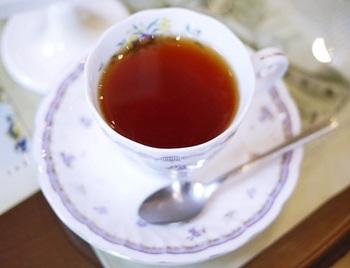 温かい紅茶も絶品。テーブルガラスの下には外国の切手がデコレーションされていたり、お手紙カフェならではのモチーフが光ります。