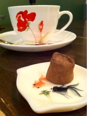 金魚が描かれた小皿がキュート。店内にも水槽があり、金魚を眺めているだけで癒されます。隠れ家のようなカフェでゆっくりと時間を過ごしてみませんか?