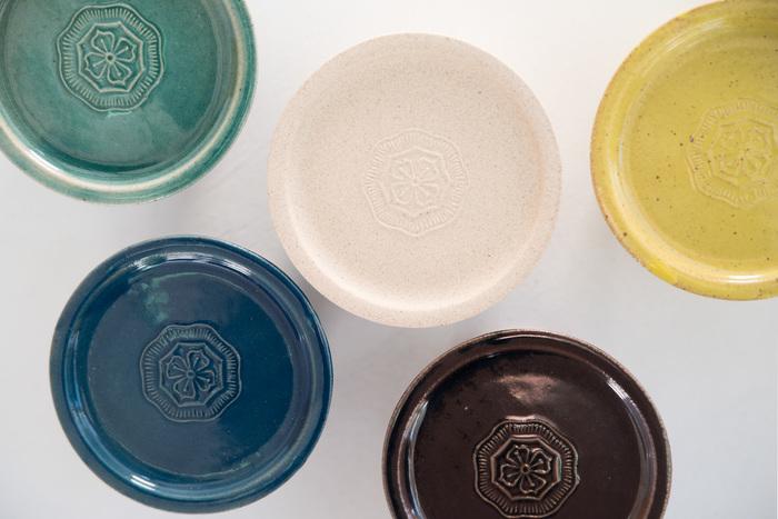長野県上田市の陶芸家阿部春弥さんがデザインを監修し、愛知県瀬戸市のメーカー、窯元、わざわざの4つが協力して作ったわざわざオリジナルのバターケースです。色はマスタード、藍、エメラルド、ビスク、飴の5色。