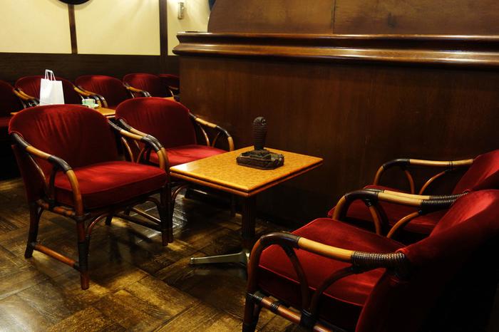 座り心地がよさそうなえんじ色の椅子、そしてテーブルには、座席ごとに違うデザインの木製の灰皿がセッティングされています。ショパンの名曲が流れる店内で、ゆったりと過ごすことができます。