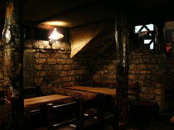 照明を落とした店内は、しっとりと落ち着いた空間です。昭和30年の創業当時からほとんど変わらない姿で佇んでいます。