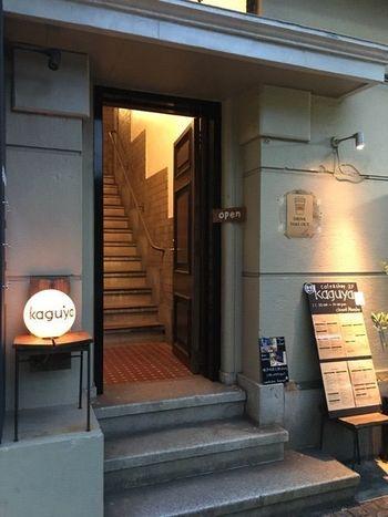 日本大通り駅から徒歩3分程のところにある、カフェ&ショップ kaguya。入口の目印は丸いロゴ入りライト。