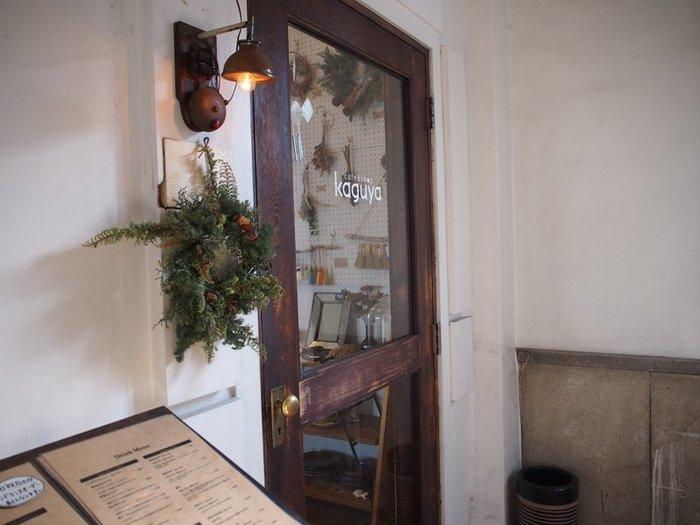階段を上ると、2Fにお店のドアがあります。アンティーク感のある素敵な雰囲気です。