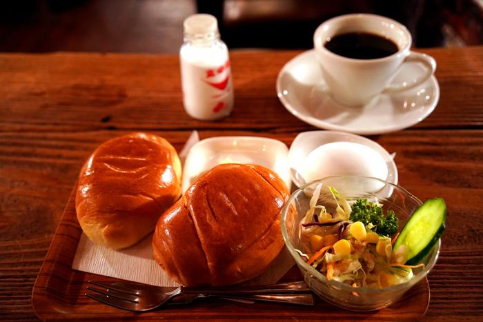 午前9時から営業しているので、モーニングを食べに訪れるのもおすすめ。シンプルなロールパンは温めてありふっくら。出勤前に毎日立ち寄るファンも多いんだとか。
