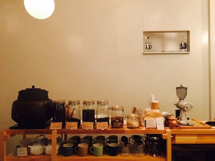 カフェというとコーヒーにこだわっているお店が多いかと思いますが、こちらでももちろん、丁寧にハンドドリップしたこだわりのコーヒーがいただけます。また「抹茶」にもこだわっていて、茶釜や茶葉がずらりと並んでいます。