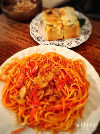 マッシュルームとベーコン、トマトソースのシンプルな味付けのナポリタン。ボリュームがありますが、女性にも人気のメニューです。