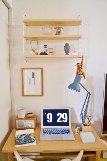 コンパクトなデスクの上に棚があれば、オブジェや飾り物やノートなどを置く場所にも困りません。 デスクの色と合わせた棚なら一体感が出て、集中できる作業スペースのできあがり♪