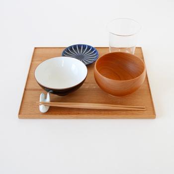 食台として使われてきた縁付きのお盆、折敷。かつて、木の葉が食器の代わりに用いられていた時代には「折って、敷く」と言う名前の由来どおり、茶懐石などで使用されていたそうです。 東屋の折敷は、昔からの伝統のかたちを、現代のライフスタイルに馴染むようにとデザインしたもの。物を運ぶ際の盆としては勿論、食事の御膳やお菓子の盛り付け皿として、様々なシーンで活躍してくれます。