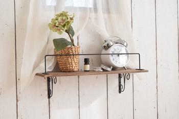 セリアの木板とアイアンブラケットで自作したガーリーな飾り棚は、子ども部屋やキッチンの小窓の下などにいかがでしょう? ものが落ちないように取り付けたアイアンバーが、デザインのアクセントになっています。