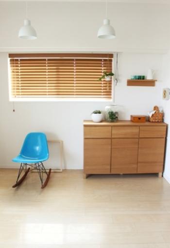 ナチュラルインテリアを中心とした温かみのあるお部屋と相性のいい木製の飾り棚。 木目は、どんな雑貨も優しく受け止めて、空間を和ませてくれます。北欧雑貨や植物などほっこりとするアイテムとよくなじみます。