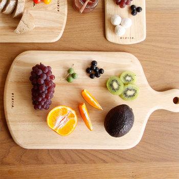フルーツを食べるためだけに、まな板を出して、お皿出して…というのは面倒ですよね。そんなお悩みも、カッティングボードが解決してくれます。ナチュラルな角の丸いカッティングボードは、テーブルにも優しくなじみます。刃当りも柔らかいので、ナイフが傷みにくいのも魅力です。