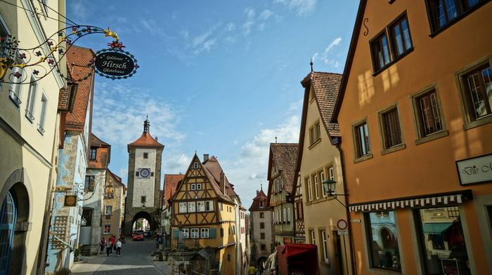 ドイツを東西に横断するメルヘン街道と南北に縦断するロマンチック街道の交差点に位置するローテンブルクは、中世に築かれた街です。