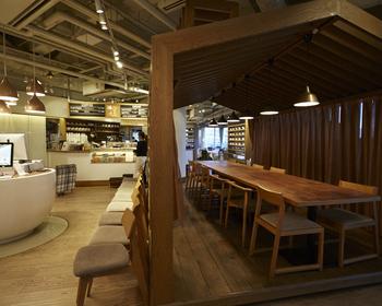 店内はとても珍しい作りで、お家型のデッキには長テーブルの席が。秘密の小屋風でいいですね♪