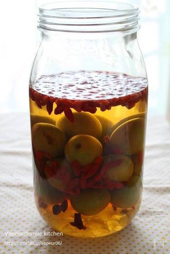 作るのに慣れてきたら、こんなアレンジもいかがでしょうか?薬膳料理にもよく登場するクコを一緒に漬け込みました。 他にもホワイトリカーを、ウイスキーやブランデーに変えたり、氷砂糖をはちみつに変えたりというアレンジも可能です。オリジナルの梅酒を作ってみるのも楽しそうですね♪