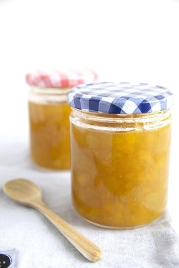 あえて糖分控えめに作る梅ジャムは、料理の隠し味やヨーグルトのお供にぴったりです。お砂糖ではなくはちみつで甘みをつけているので、ミネラルも摂れるのが嬉しいですね。