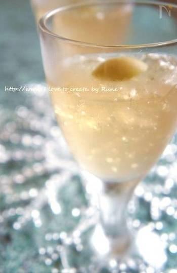 食前酒の代わりにお出ししたい、梅酒ゼリーです。 サイダーのシュワシュワ感が爽やかさを演出します。アルコール分を飛ばさずに作るので、ゼリーが固まりにくくなる点に注意しましょう。