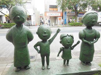 館内には、他にも「いじわるばあさん」や「エプロンおばさん」などの原画も多数展示されています。また、長谷川町子氏が手がけた陶芸や水彩などの作品もあるので、その幅広い才能に改めて驚かされるのではないでしょうか?  美術館の周辺は、あちこちにサザエさん一家のオブジェが。美術館見学のあとは、ゆっくりお散歩しながら一緒に和んでみませんか?