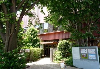 西武新宿線上井草駅から徒歩7~8分の閑静な住宅街にある「ちひろ美術館・東京」は、絵本作家・画家のいわさきちひろさんが生前を過ごし、数々の作品を生み出した自宅兼アトリエ跡に建てられています。