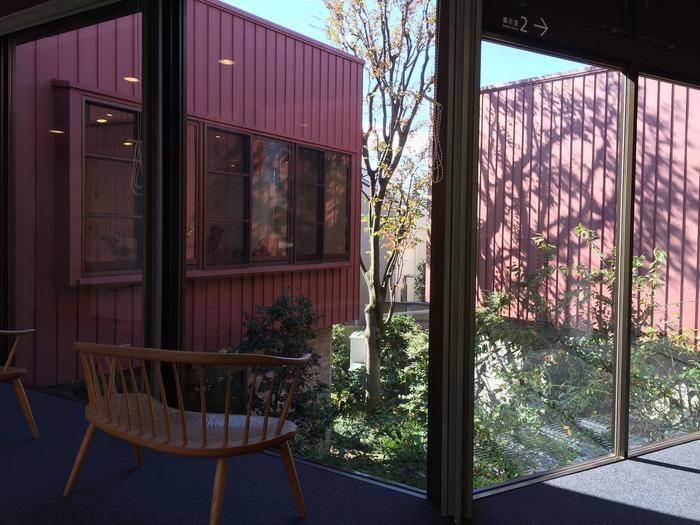 廊下には座り心地の良い椅子がさりげなく置かれています。中庭を眺めながらゆったり絵本の世界に浸ってみては?