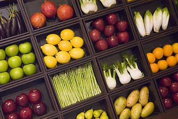 ベジヌードルとは、ピーラーや専用器具で細長くスライスした野菜を麺に見立てた料理です。 低糖質でヘルシーというだけでなく、食べごたえも充分♪作る過程や、どんな野菜を合わせるか考える時間も楽しみたいですね。