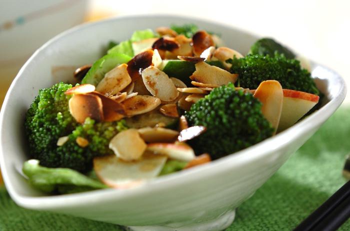 単調になりがちなサラダも、ナッツを加えることで食感のアクセントに。食べ飽きない一品になります。スライスアーモンドはフライパンで丁寧に炒って、香ばしい香りをしっかり引き出すのがポイントです。