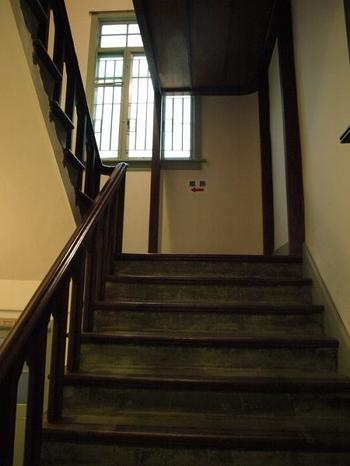 美術品も見事ですが、建物も見ごたえがあります。先ほどの写真にあった白壁の建物は、昭和初期に建てられた事務所でレトロな雰囲気がステキです。重厚な階段も歴史を感じますね。