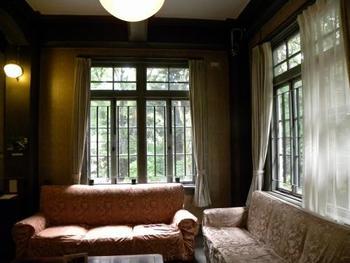 1階の応接室は、当時の華やかな雰囲気が今も息づいています。クラシカルなソファや窓枠の凝った意匠など、思わず見入ってしまいます。